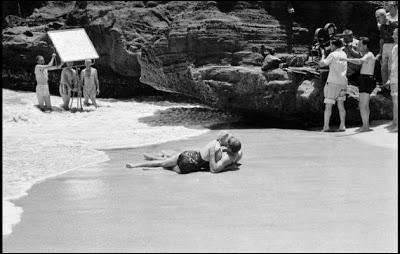 Cette photo révèle les dessous de l'une des scènes de baiser les plus connues du cinéma mondial, entre Deborah Kerr et Burt Lancaster. Quel est ce film ?
