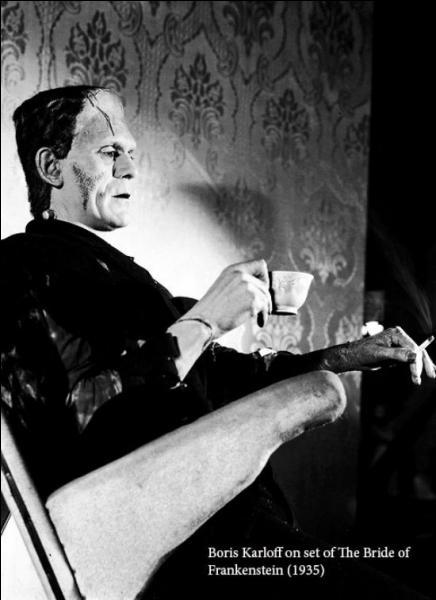 Lors des tournages, mêmes les Monstres mènent une vie normale et dégustent comme ici un thé bien mérité. Quel est ce film dans lequel le monstre ne trouve pas l'amour partagé ?