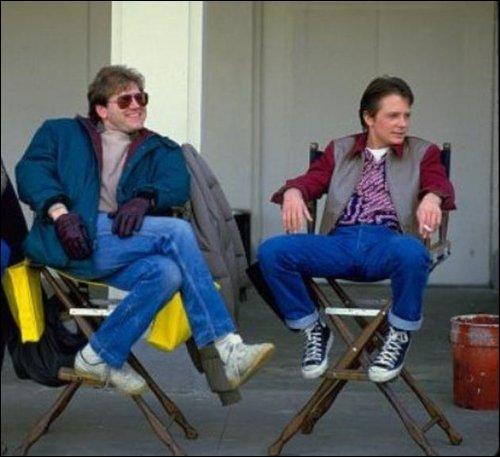 Tous deux aussi décontractés l'un que l'autre, voici le réalisateur du film, Robert Zemeckis, et son acteur principal, Michael J. Fox, sur le tournage de ce qui devint un immense succès international. Quel est ce film ?
