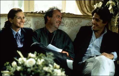 Là aussi, un moment de détente pour le réalisateur, assis entre les deux stars de son film. Reconnaissez-vous le film, peut-être grâce au canapé ou à la tenue de Julia Roberts ?