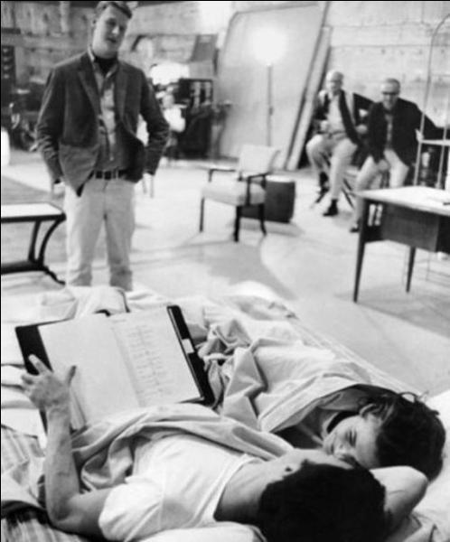 On voit qu'il n'est pas aisé, sans doute, pour les acteurs, de jouer des scènes d'intimité, étant donné que l'équipe est à quelques pas de là, et que le contexte ne prête guère à cela. Reconnaissez-vous ce film de Mike Nichols (1967) qui a connu un grand succès pour le caractère osé de la situation ?