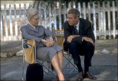 L'attente est la partie la plus ennuyeuse et la plus fréquente du métier d'acteur. Ici on reconnaît James Stewart et Kim Novak. A leurs tenues, vous saurez qu'ils tournent... ?