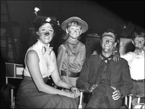 Les visages des acteurs sont noircis car la scène se passe sur les toits et les cheminées. Le film très célèbre dont il s'agit est ?