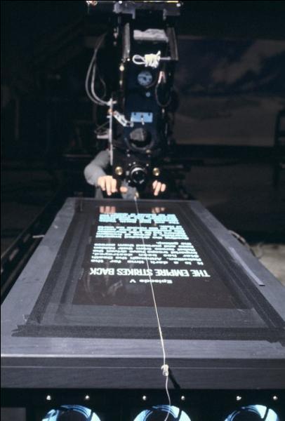 Vous étiez-vous demandé comment ils avaient fait ? Voici la façon dont a été filmé le texte qui se déroule en début de film, et qui fait partie de l'histoire du cinéma désormais... Le film, c'est ?