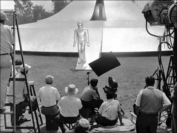 C'est une photo de tournage d'un film de science-fiction, dans lequel la réplique Klaatu barada nikto est devenue culte. C'est ?