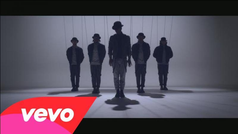 Et celle où, sur l'image du clip, on peut voir cinq hommes debout ?