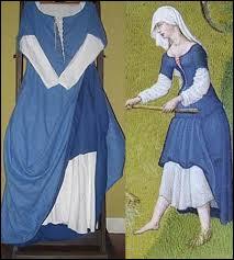Quel nom avait cette tunique de dessous, que l'on portait au Moyen Âge ? Elle est à manches, fermée, faite dans différents tissus selon le rang tenu.