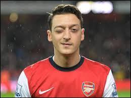 Comme milieu offensif, je mettrais Mesut... (Arsenal)