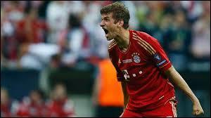 Comme second milieu offensif, je mettrais Thomas Müller, il joue au Bayern Munich et est de même nationalité que celui qui fait un clin d'œil ! Laquelle ?