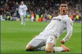 Côté gauche, c'est Cristiano Ronaldo qui va venir illuminer mon équipe, mais comment le surnomme-t-on ?