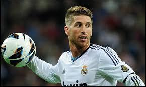 Comme défenseur central, je mettrais Sergio Ramos, très bon joueur évoluant au Real Madrid Club de Fútbol, mais quelle est sa nationalité ?