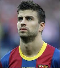 Comme défenseur central remplaçant, je choisirais Piqué, très bon défenseur du...