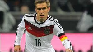 Comme défenseur droit titulaire, je mettrais le défenseur du Bayern Munich...son nom est Lahm et son prénom est...