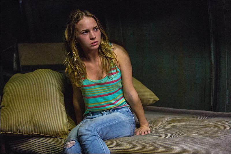Par qui Angie est-elle enfermée pendant plusieurs jours ?