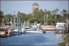 Nous commençons cette nouvelle balade par une visite du port d'Audenge. Commune Girondine, elle se situe en région ...