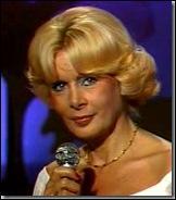 Octobre : Jacqueline Huet était employée comme ''speakerine'' à la télévision française. Quel était son rôle ?