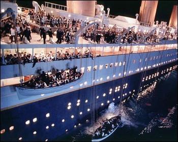 Combien le premier canot mis à la mer contenait de passagers ?