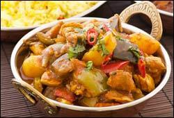 Quelle est la caractéristique de la sauce d'une préparation de poulet ou de porc vindaye ?