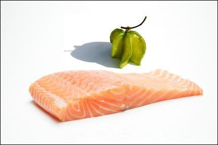 Sur la chair douce et fondante du saumon rapidement sauté, versez une sauce à peine aigrelette faite avec ---------.
