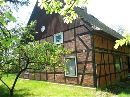 Sinon, pour une retraite originale, Jens nous propose sa (petite, comme ils disent) maison natale en Basse-Saxe (D) ! Deux appartements de 150 m2 chacun, cheminées partout et 4 500 m2 de terrain boisé pour... 90 000 € ! Mais pourquoi elle ne se vend pas ?