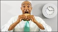Manger très vite, généralement près de son lieu de travail, c'est manger ...