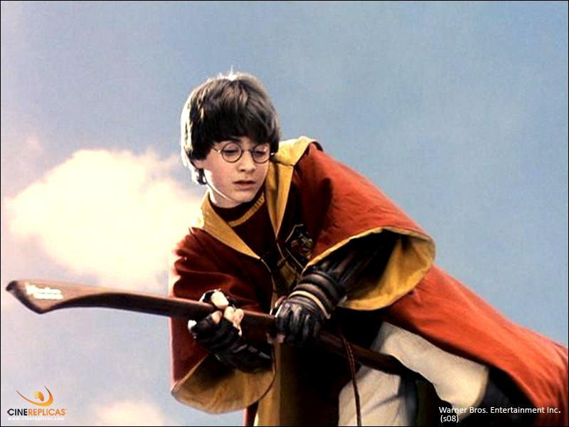 À cause de qui Harry a-t-il dû monter sur son balai la première fois ?