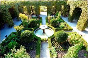 Au cœur de cette commune qui domine le lac Léman, découvrez le jardin des Cinq Sens, jardin atypique qui comprend 1 300 espèces de plantes. Quel est ce village médiéval fortifié de Haute-Savoie qu'il faut découvrir tant il est féérique ?