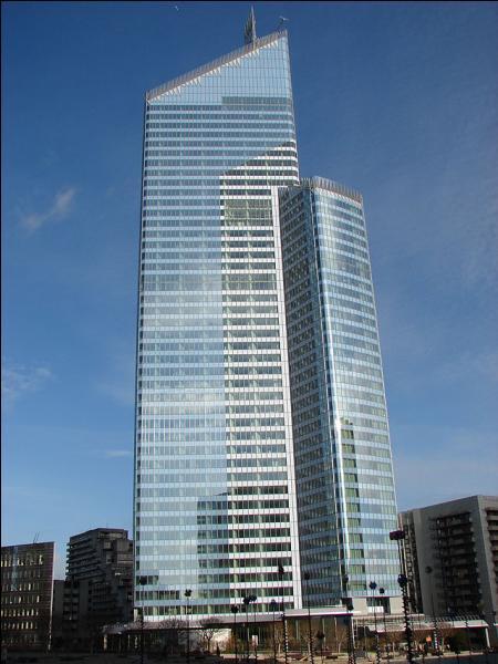 La tour First ou tour CB31 est un gratte-ciel de bureaux situé dans la ville natale de Louis de Funès, dans les Hauts-de-Seine, en région Île-de-France. Elle se dresse dans la ville de...