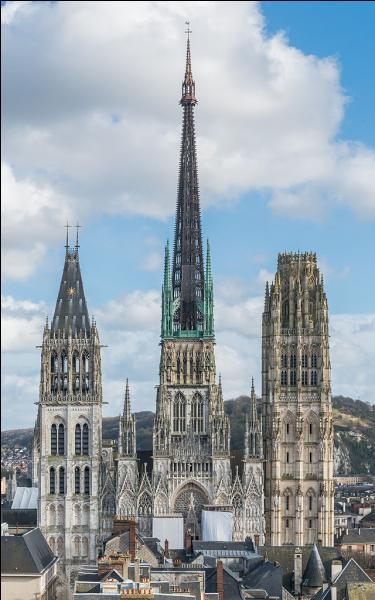 """Dans cette """"Ville aux cent clochers carillonnant dans l'air"""" pour Victor Hugo"""", """"l'Athènes du genre gothique"""" pour Stendhal, la cathédrale Notre-Dame est surmontée d'une flèche culminant à 151 mètres. Quelle ville a été irrévérencieusement surnommée """"le Pot de chambre de la Normandie"""" par ses habitants ?"""