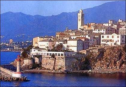 """Cette ville de Haute-Corse est située sur le flanc est de la """"Serra di Pignu"""". Où pouvez-vous visiter la capitale de la Bagnaja et son quartier appelé """"Terra-Nova"""" ?"""