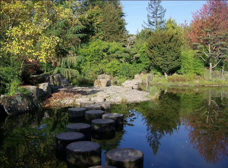 Forteresse constituée de sept tours reliées par des courtines, le château des ducs de Bretagne est situé sur la rive droite de la Loire, dans le centre-ville. Où peut-on admirer, en Loire-Atlantique, le jardin botanique, le jardin japonais et la Petite Amazonie ?