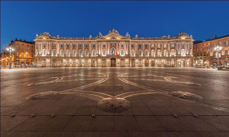 """Le Capitole, monument de la """"cité des violettes"""", abrite l'Hôtel de ville et le théâtre du Capitole. Quelle est cette ville de Haute-Garonne surnommée aussi """"ville rose"""" ?"""