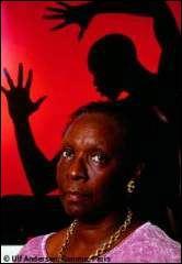 """Quelle écrivaine française née à Pointe-à-Pitre, a publié """"Le cœur à rire et à pleurer : contes vrais de mon enfance"""", où elle dépeint son enfance et son adolescence dans la Guadeloupe des années 1950 ?"""