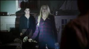 Lorsque Emma est jeune, pourquoi Ingrid la met-elle devant une voiture ?