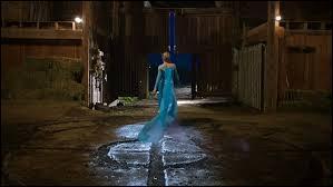 Que fait Elsa dans le premier épisode ?