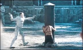 Quand Gale est en train de se faire fouetter, qui intervient le(la) premier(ère) pour le défendre ?