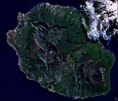 Quelle est la superficie de l'île de la Réunion ?