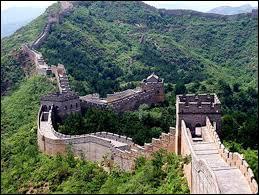 Très loin d'ici le monument le plus long construit par l'homme en Chine. Il s'agit de ...
