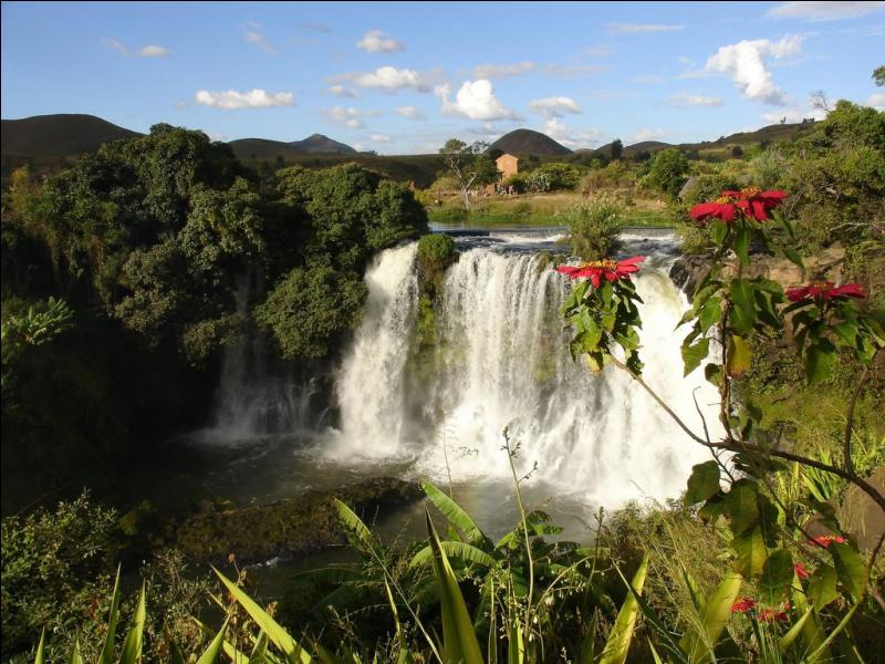 """D'Antananarivo, capitale de """"l'île rouge"""" : """"Tratry ny Krismasy ! """". Quel est le nom de cette île de l'océan Indien ?"""