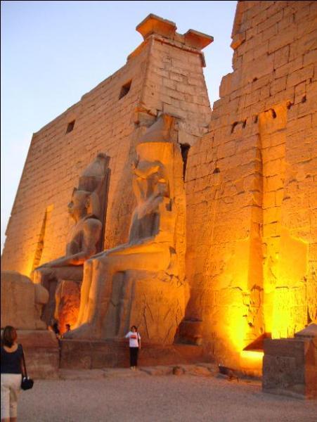 """Du temple de Louxor, ville située sur la rive droite du Nil : """"Mboni Chrismen ! """". Dans quel pays se trouve cette ville ?"""
