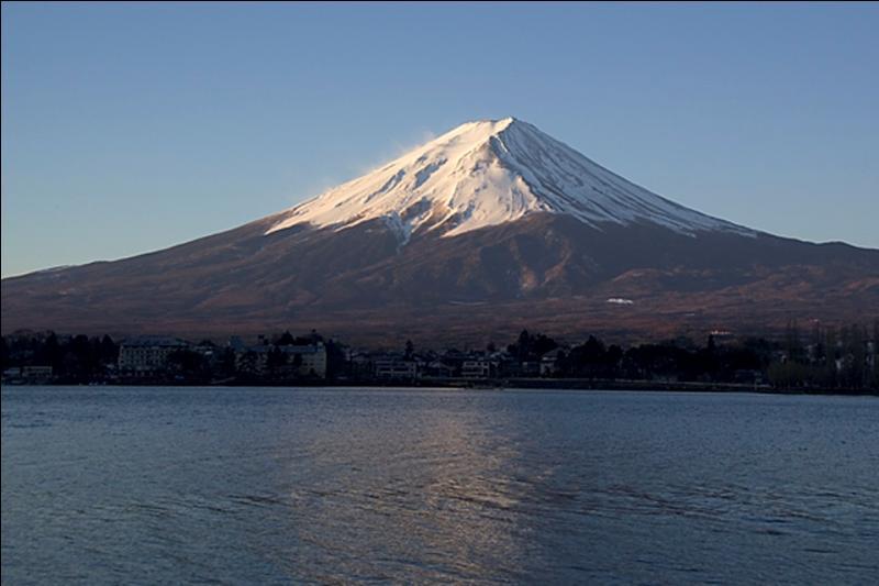 """Du mont Fuji, volcan gris inactif depuis 1707 mais considéré comme actif : """"Merii Kurisumasu ! """". Situé sur la côte sud de l'île de Honshu, il est le point culminant..."""