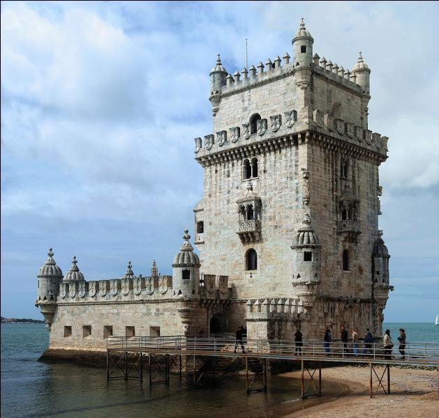 """De la tour de Belém, construite sur les bords du Tage, entourée des chanteurs de fado, je vous dis : """"Feliz Natal ! """". Où suis-je ?"""