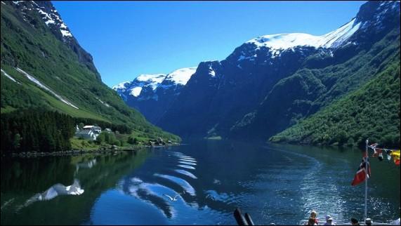 """Du Sognefjord, au nord de Bergen, qui s'enfonce dans les terres sur 204 kilomètres : """"God Jul ! """". Dans quel pays de la péninsule scandinave suis-je ?"""