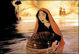 Comment la mère de Moïse lui sauve-t-elle la vie ?