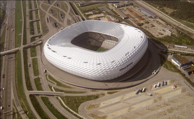 Stade du Bayern Munich. Quel est mon nom ?