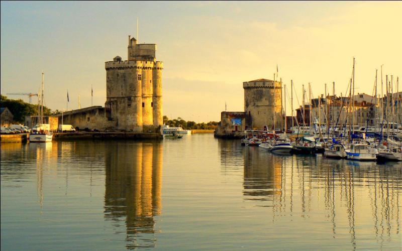 Des quatre départements proposés, lequel n'est pas limitrophe de celui de la Charente-Maritime ?