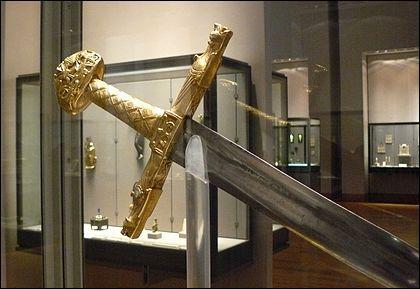 Quel est le nom de l'épée de Charlemagne, utilisée lors du sacre des rois de France à partir du XIIe siècle ?