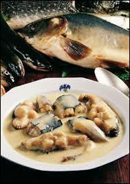 Plat de poissons de rivière à base de vin blanc.