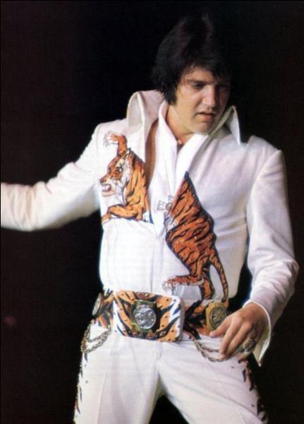 Elvis Presley est décédé en 1977, au mois :