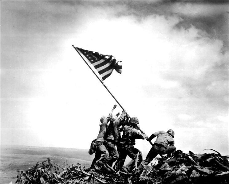 On ne sait qui est le plus célèbre des deux : la photo ou le photographe. Ce cliché a été pris par ... sur le mont Suribachi, lors de la bataille d'Iwo Jima.
